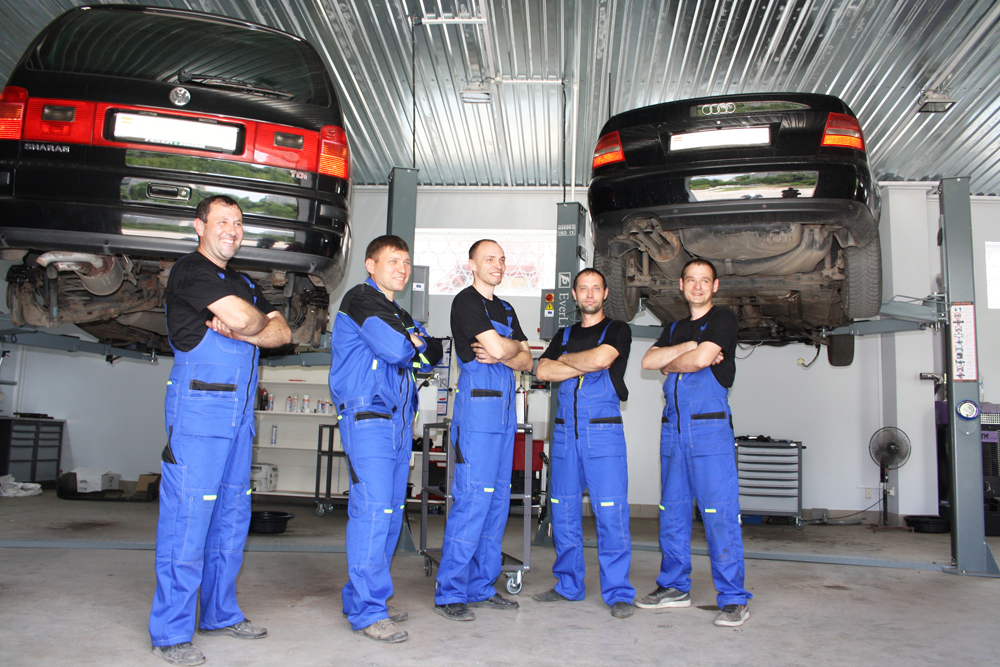 Сотрудники автосервиса Transmission Service Group - Работники